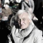 Jak pomóc finansowo starszej osobie i nie urazić dumy seniora?