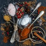 Zobacz co się stanie, jak będziesz jadł mniej soli