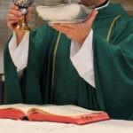 Elementy stroju kapłana odprawiającego mszę świętą