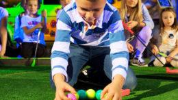 Dziecko układające piłeczki przy dołku