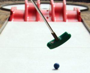 Kij i piłeczka do gry w minigolfa