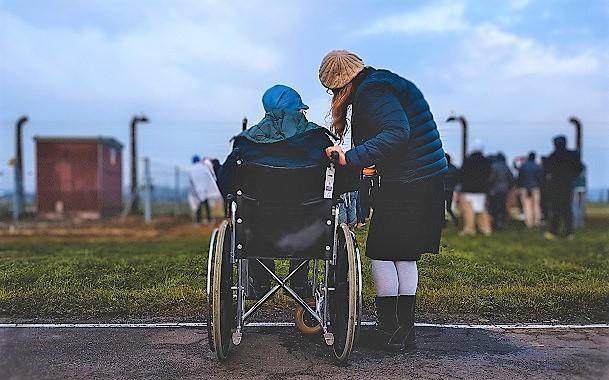 Senior na wózku inwalidzkim z opiekunem