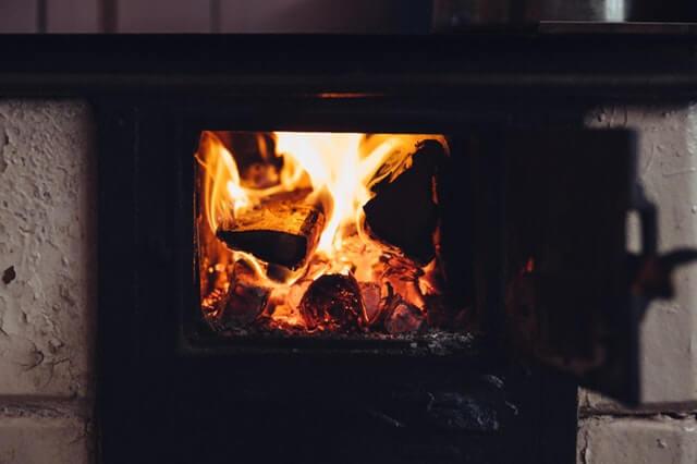 ogien w kuchni na drewno