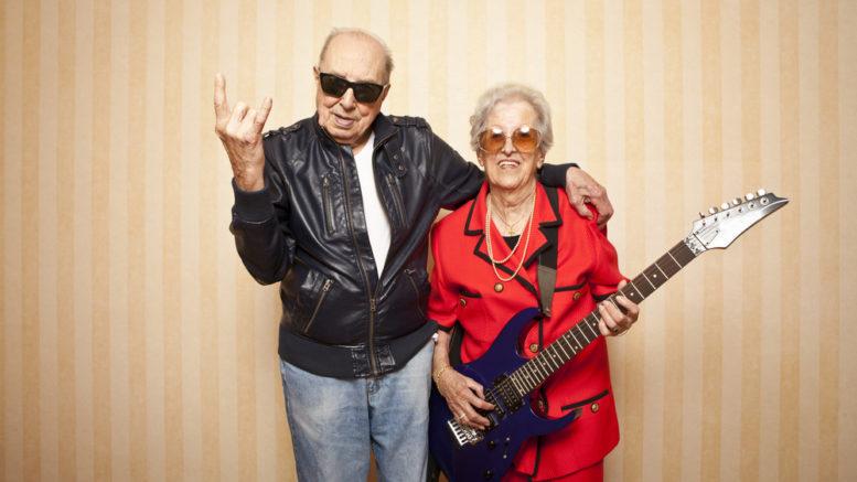 Seniorka gra na gitarze