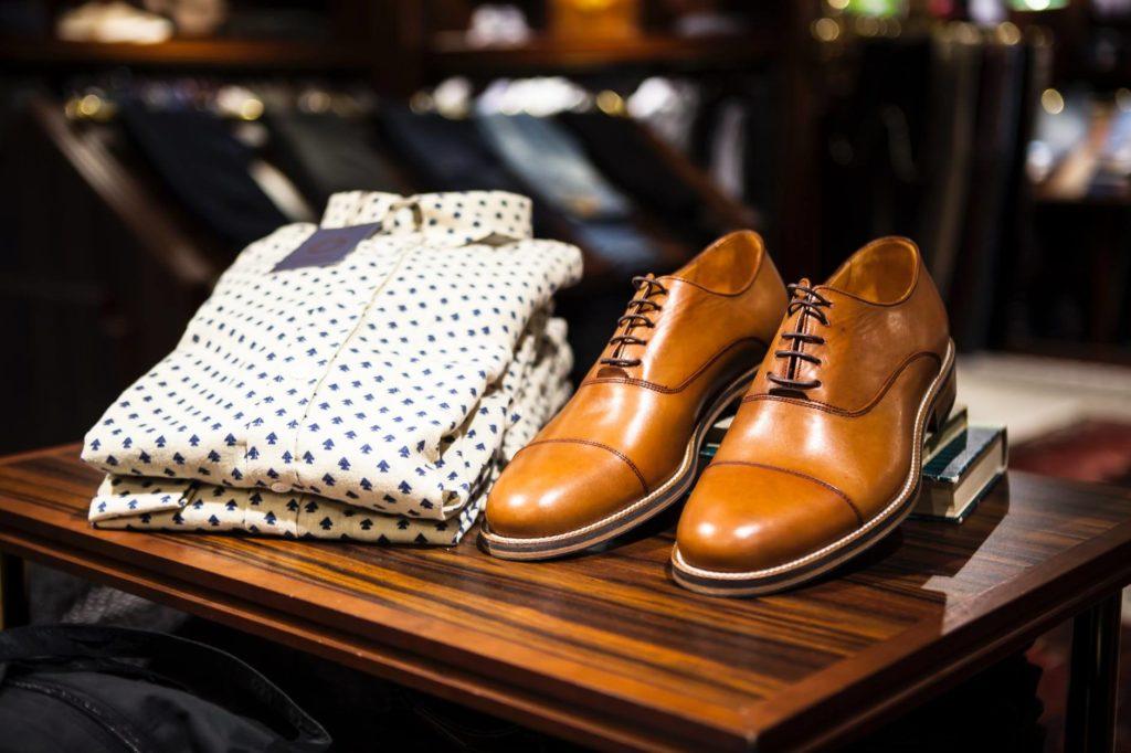 Koszule casualowe często sprzedawane są z dodatkami np w postaci butów