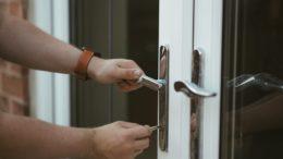 Warto poznać wszytskie możliwości zabezpieczenia mieszkania seniora