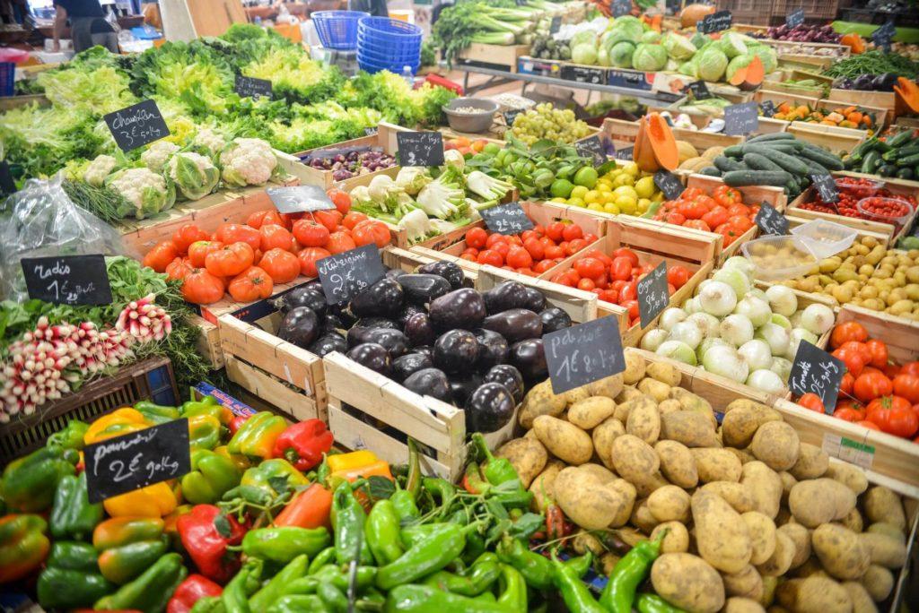 Owoce powinny być wystawaine na specialnych regałach