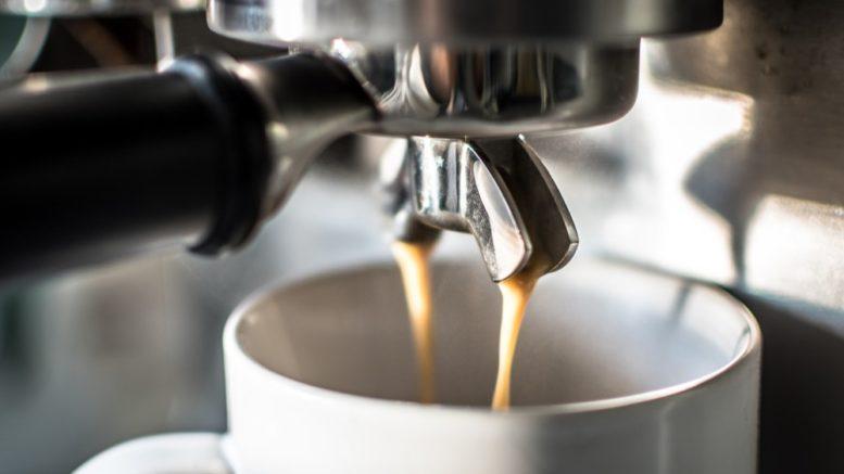 ekspres do kawy w kuchni dla zapracowanych