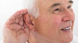 Choroba laryngologiczna związana ze słuchem u mężczyzny w wieku starszym