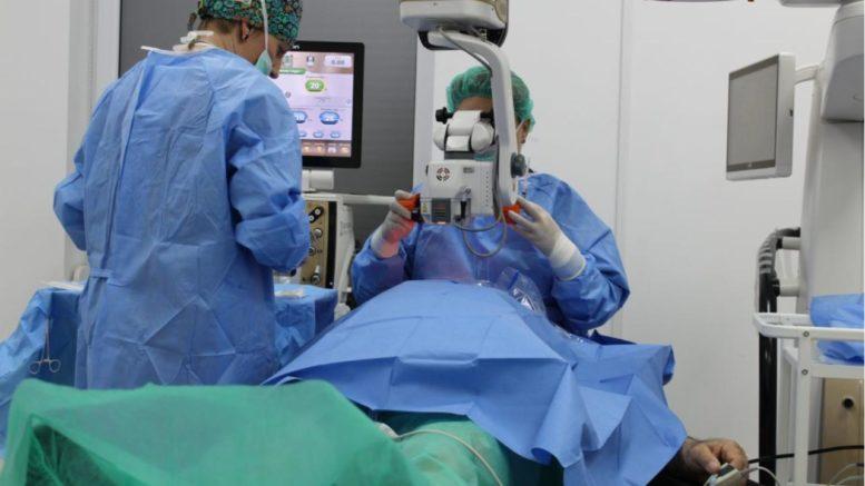 operacja zacmy na zywo u seniora