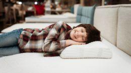 spanie na poduszcze