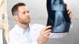 przystojny ortopeda