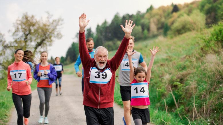 senior biega z wzdetym brzuchem