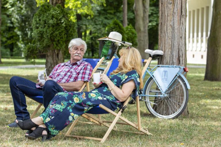seniorzy na leżaku